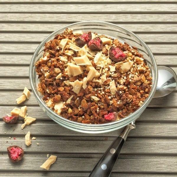 Himbeer-Granola mit weißer Schokolade