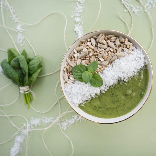 grüne Keimster Bowl mit Kokos